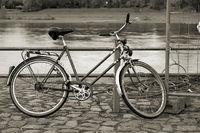 Fahrrad am Ufer der Elbe