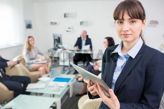Junge Business Frau mit einem Tablet PC