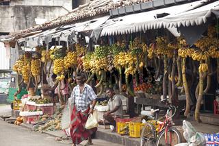 Stand mit Obst und Bananen auf dem Markt in Galle
