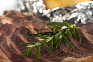 Rosmarinzweig auf einem T-Bone-Steak