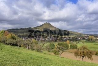 Der Hohenhewen mit dem Dorf Welschingen im Hegau