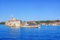 Stadtbild von Rab, Kroatien, vom Wasser aus gesehen