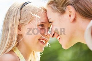Mädchen schaut in die Augen der Mutter