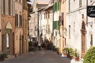 Lane von toskanischen Stadt Montalcino, auf einem Hügel, Toskana, Italien, in der Provinz Siena