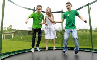 Kinder springen auf einem Trampolin