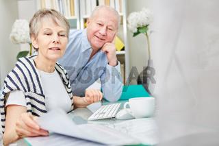 Senioren bearbeiten zusammen Akten