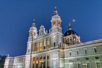 Die berühmte Almudena Kathedrale in Madrid