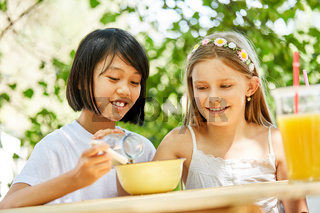 Zwei Mädchen als beste Freundinnen beim Frühstück