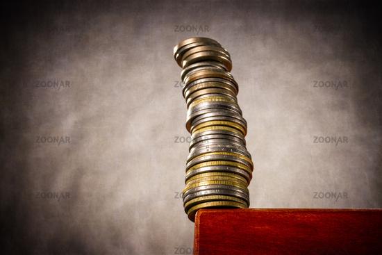 Gestapelte Münzen an einer Tischkante