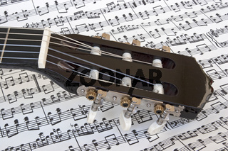 Gitarre mit Notenblatt