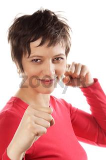 Brünette Frau mit erhobenen Fäusten