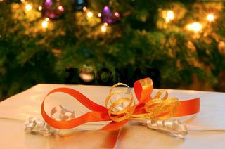 Geschenk vor Weihnachtsbaum