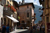 Cannobio Lago Maggiore Altstadt mit Menschen