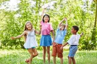 Fröhliche Gruppe Kinder im Park