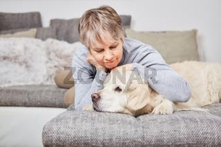 Einsame alte Frau kuschelt mit ihrem Hund