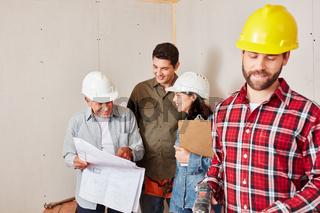Handwerker Team mit Bauzeichnung