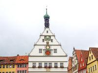 Ratstrinkstube und weitere historische Gebäude am Marktplatz von Rothenburg ob der Tauber, Querformat