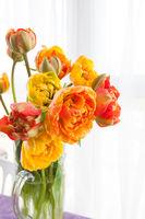 Vase mit frischen Tulpen