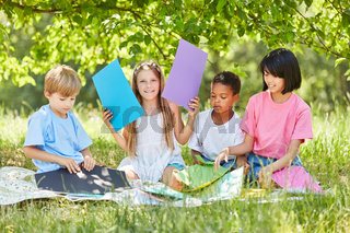 Gruppe Kinder beim kreativen Basteln
