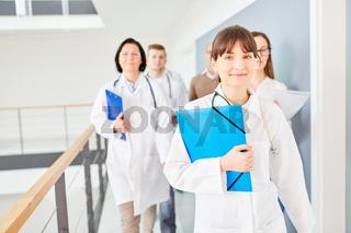 Junge Ärztin mit ihrem Ärzteteam unterwegs