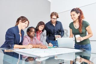 Business Team macht ein Brainstorming