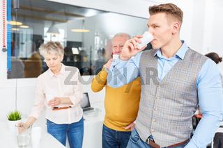 Geschäftsleute trinken Wasser zur Erfrischung