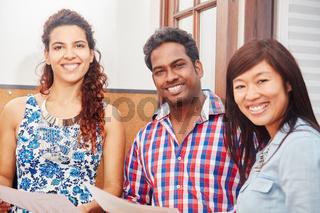 Multikulturelle Studenten als Freunde
