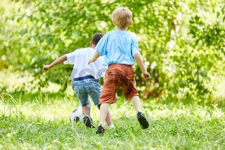 Zwei sportliche Jungen beim Fußball spielen