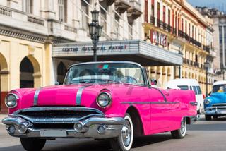 Amerikanischer pink Cabriolet Oldtimer in Havana Cuba - Serie Cuba Reportage