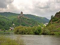 Landschaft an der Mosel mit der Cochemer Reichsburg