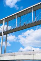 Mann auf einer Brücke