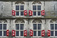 Rote Fensterläden am gotischen Rathaus, Stadhuist, von Gouda, Niederlande