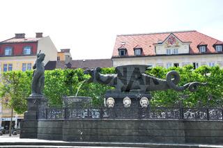 Lindwurmbrunnen in Klagenfurt, Österreich - Lindwurmbrunnen (Lindworm Fountain) in Klagenfurt, Austria