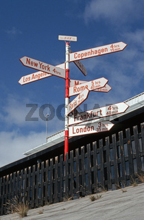 beruehmter Wegweiser der skandinavischen Fluglinie SAS auf dem Flughafen, Groenland, Soendre Stroemfjord / famous signpost of the Scandinavian air route SAS on the airport, Greenland, Soendre Stroemfjord