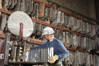 Arbeiter in Metallfabrik im Gussform Lager