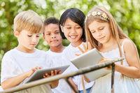 Multikulturelle Gruppe Kinder im Computerkurs