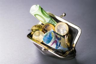 Portmonee mit Münzen und Geldscheinen