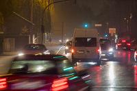 Fließender Verkehr über eine Kreuzung in der abendlichen Rush-Hour.