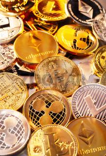 Münzen verschiedener Kryptowährungen