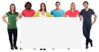 Gruppe junge Leute Menschen Werbung Marketing jung lachen Schild leer Textfreiraum Copyspace Freisteller