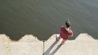 Ein Angler am Ufer der Elbe in Magdeburg
