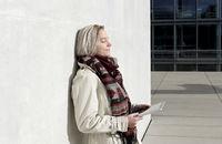 Frau mit tablet pc