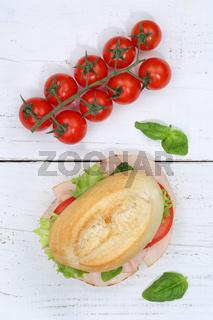 Brötchen Sandwich Baguette belegt mit Schinken Hochformat von oben auf Holzbrett
