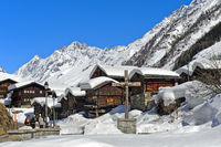 Schneebedeckte Walliser Speicher