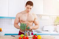 Kochen Essen Gemüse Bodybuilder Mann Mittagessen Textfreiraum gesunde Ernährung