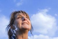 glücklicher Blick in den Himmel