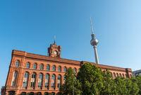 Fernsehturm und Rotes Rathaus in Berlin