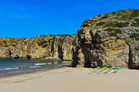 Meeresbucht mit Sandstrand und bunten Sonnenschirmen, Sagres, Algarve, Portugal