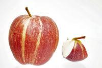 Stueck und ganzer rotgelber Apfel Freisteller