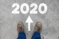Neujahr oder Silvester 2020 als Konzept auf Weg